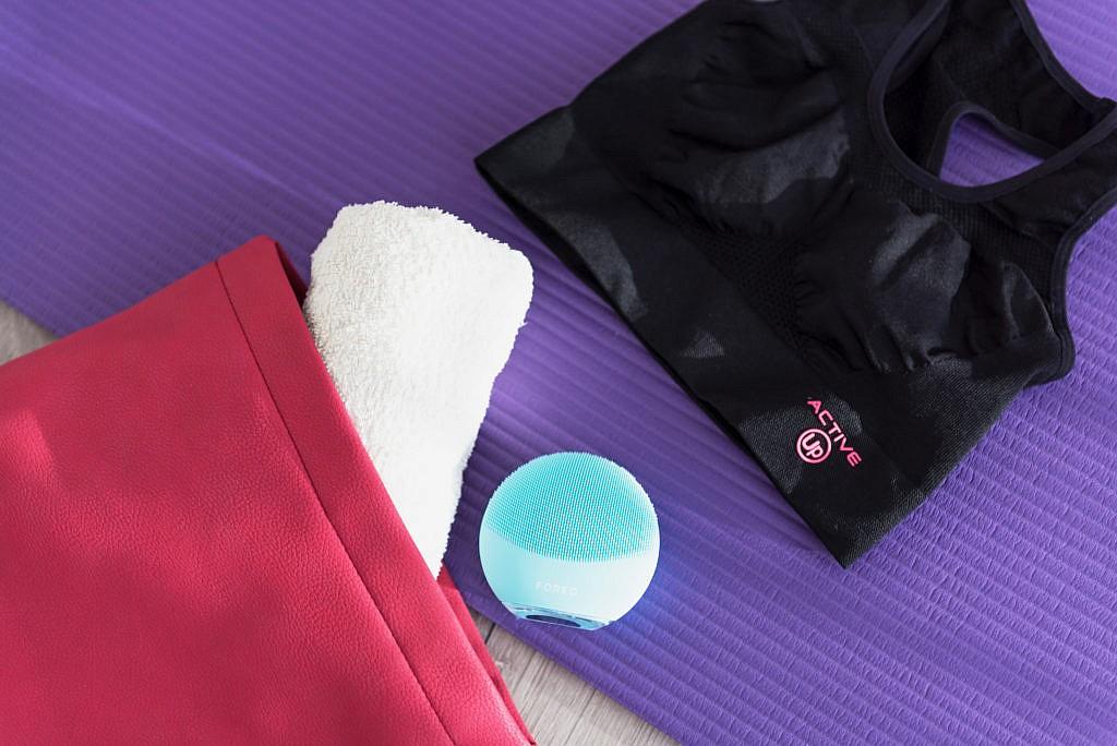 Cura della pelle post allenamento con FOREO LUNA mini 3 Mint, borsa da palestra